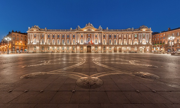 Capitole of Toulouse, and the square of the same name with the Occitan cross designed by Raymond Moretti on the ground.