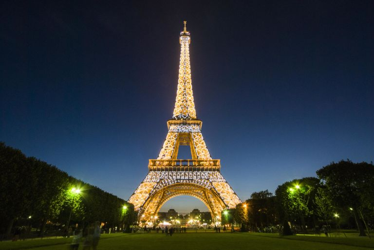 gallery-1444338501-eiffel-tower-at-night